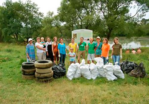 Хотьковские волонтеры на уборке берега Вори.